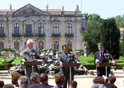 In the garden of the Queluz  Palace, President Clinton, Prime Minister Guterres of Portugal, and President Romano Prodi of Italy answer questions during a press conference.