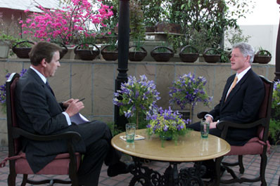 Peter Jennings interviews President Clinton atop the Maurya Sheraton Hotel, New Delhi.