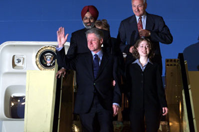 President Clinton and daughter Chelsea arrive Palam Air Force Station, New Delhi, India.