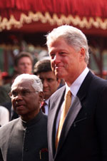 President Clinton with President K. R. Narayanan at the arrival ceremony, Rashtrapati Bhavan.