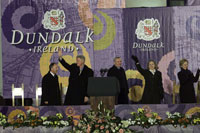 President Clinton greets the crowd at the Courthouse Square in Dundalk, Ireland. He is accompanied by First Lady Hillary Clinton, daughter Chelsea Clinton, and Taoiseach Bertie Ahern